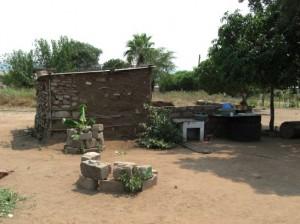 Die Lehmhütte zu Anfang des Projekts.